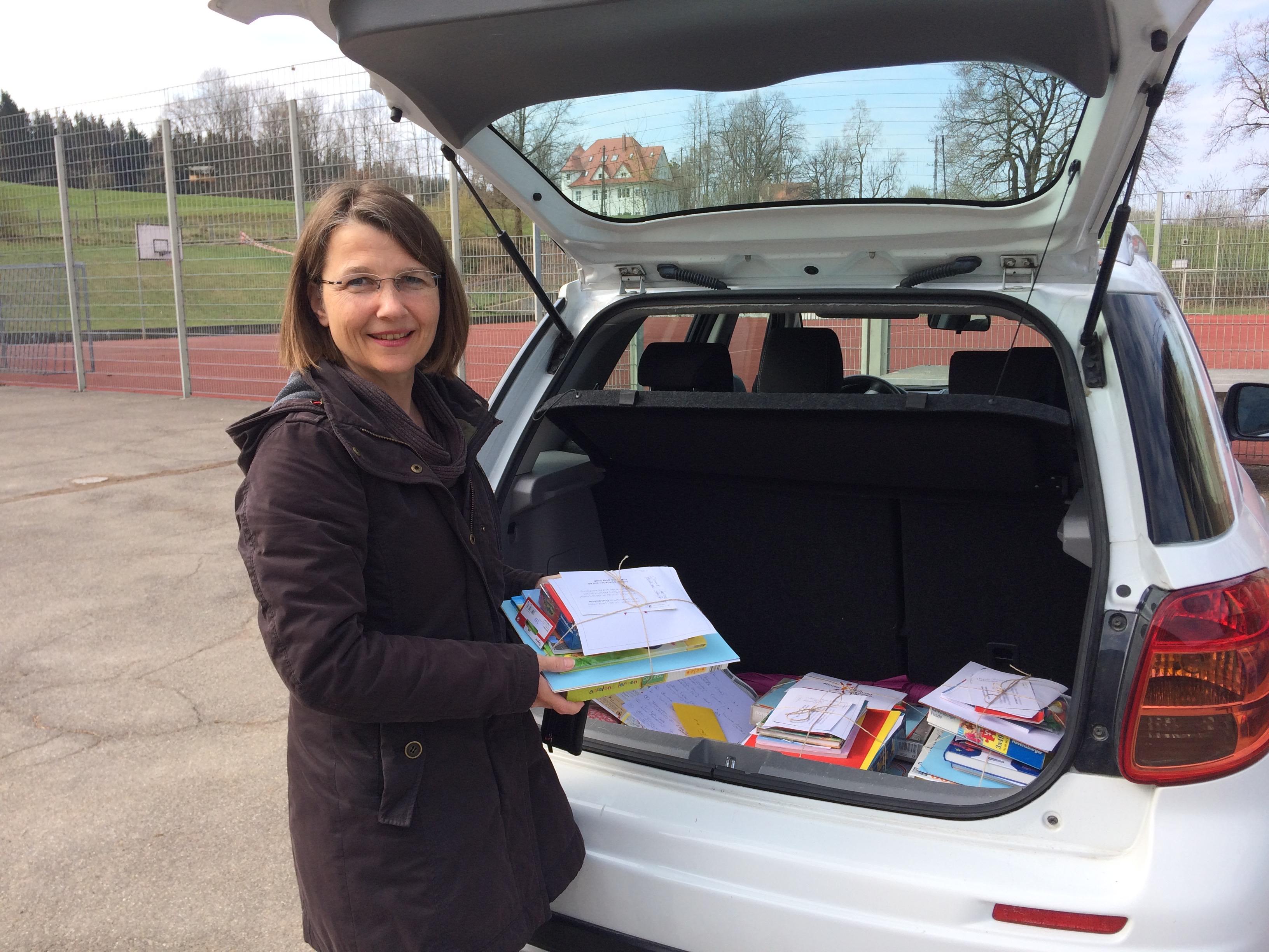 Beschäftigungspaket-Hiltrud vor KofferraumIMG_1684