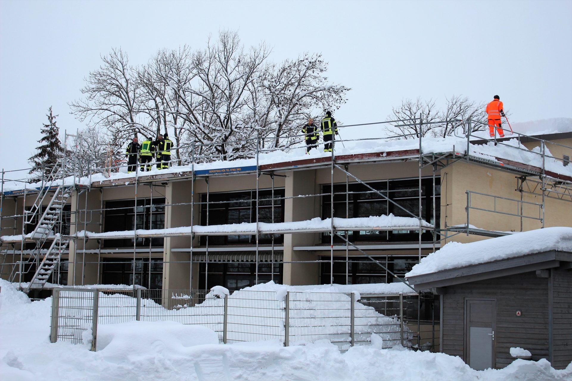 Dach der Grundschule wird von seiner Schneelast befreit